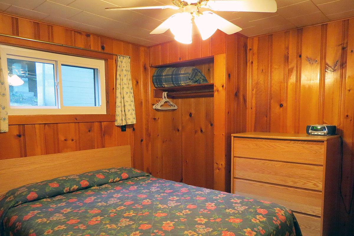 Lakeside - queen bedroom